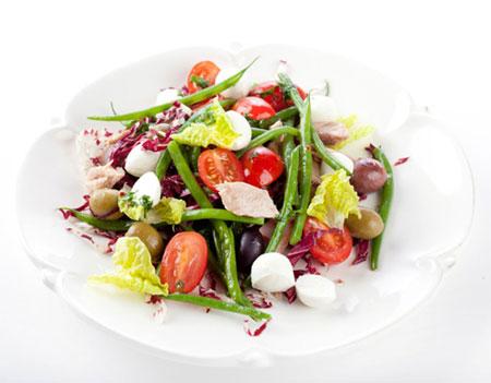 Салат с моцареллой, тунцом и стручковой фасолью