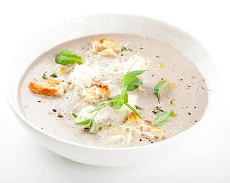 Сырный суп из моцареллы с рикоттой и гренками