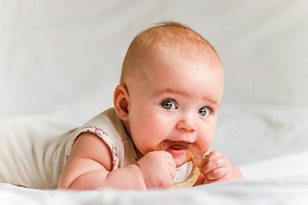 Первые зубки: чего ожидать родителям?
