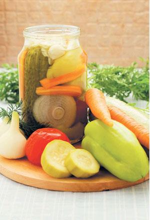 2 рецепта заготовок: маринованные огурцы и ассорти из овощей