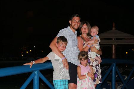Максим Мясников с семьей