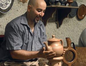 Керамисты в Аваносе творят чудеса: чайник делается меньше минуты