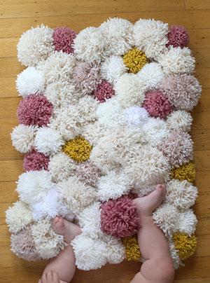 Детский коврик: украшение комнаты шерстяными помпонами
