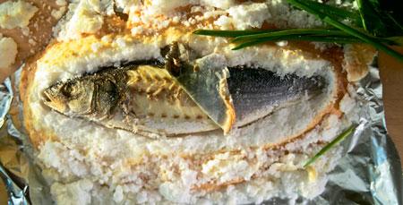 Сибас, запеченный в соли