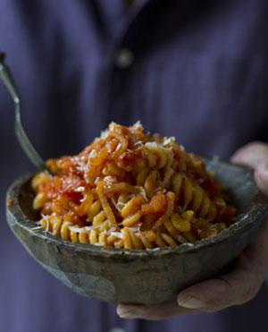 Фузилли с генуэзским соусом из лука и помидоров