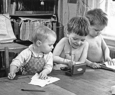 Маленькая лаборатория: каждый занят важным делом. 1964 г.