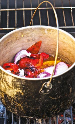 Шашлык – быстро: рецепт маринада и кетчуп в котелке