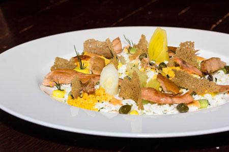 Салат из горбуши домашнего копчения с луком-пореем