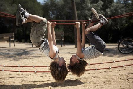 Воспитание близнецов: как выбрать имена, игрушки, одежду и кружки