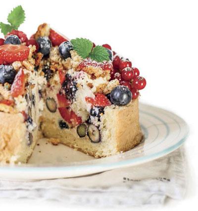 Простой торт со сметанным кремом и ягодами