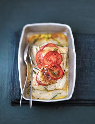 Рыба, запеченная в духовке с помидорами, рецепт