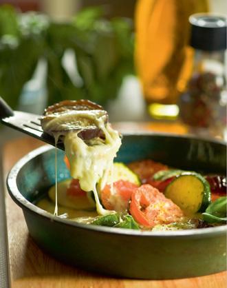 Приготовление баклажанов с помидорами и сыром моцарелла