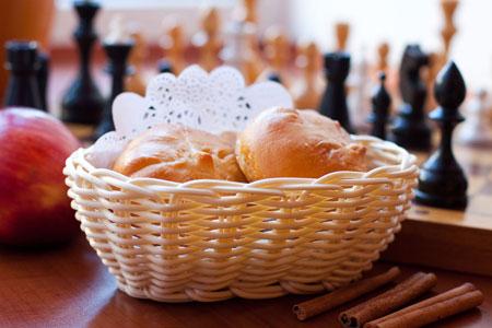 Дрожжевые пирожки с яблоками и корицей
