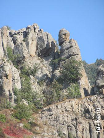Каменные фигуры на склонах горы похожи на странные сказочные существа