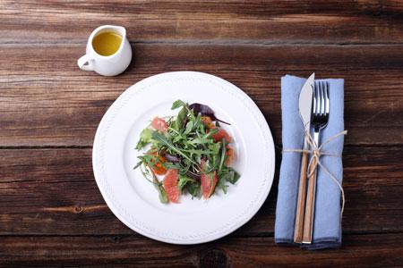 Салат со свежесоленым лососем, авокадо и грейпфрутом