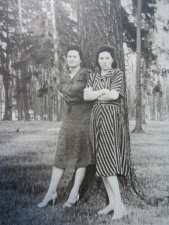 Сестры Валентина и Екатерина (справа)