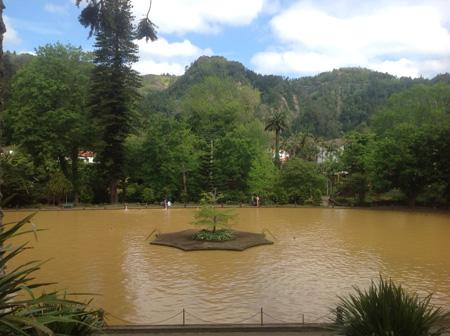 Озеро в парке Terra Nostra, Фурнаш
