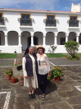 С сестрой Сесилией в клуатре церкви