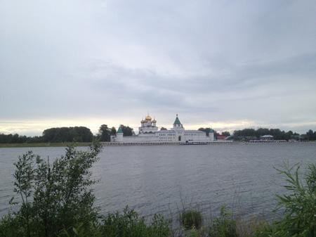 Вид на Ипатьевский монастырь с другого берега реки Костромы