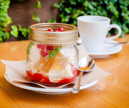 Ванильное мороженое с меренгами и вареньем из дыни