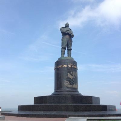 Памятник легендарному летчику Валерию Чкалову