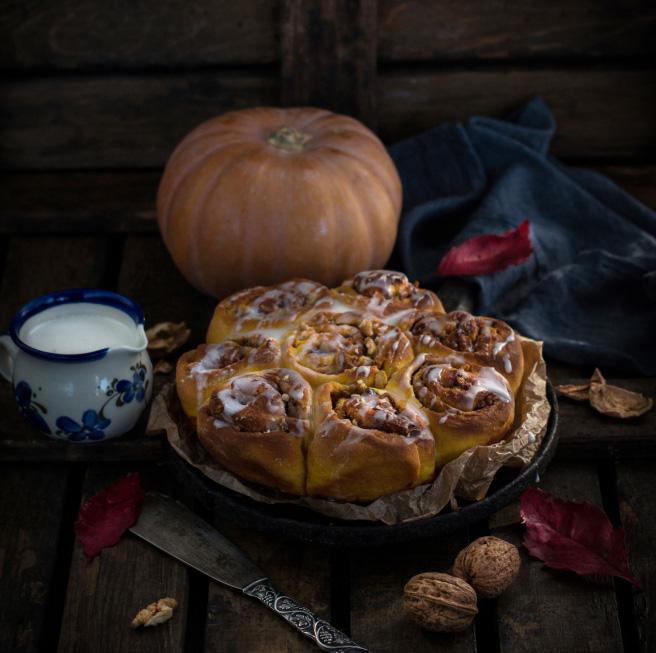 Тыквенные булочки с орехами и сливочной глазурью