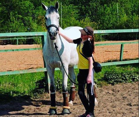 Девочка занимается конным спортом