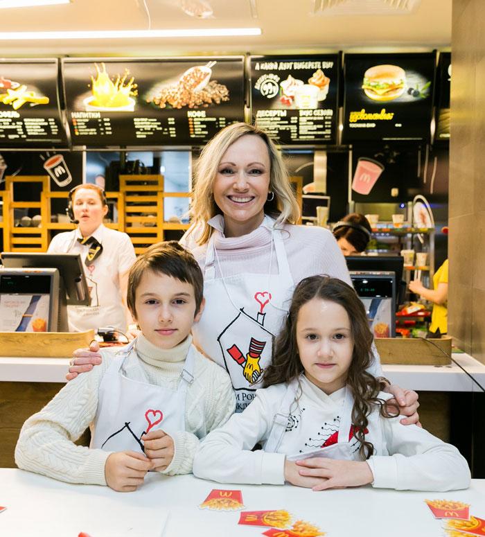 Фигуристка Мария Бутырская с детьми