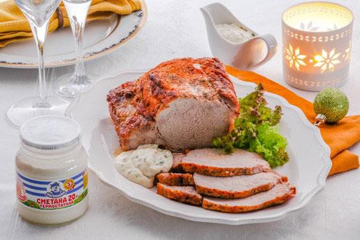 Запеченная свинина с соусом на основе термостатной сметаны