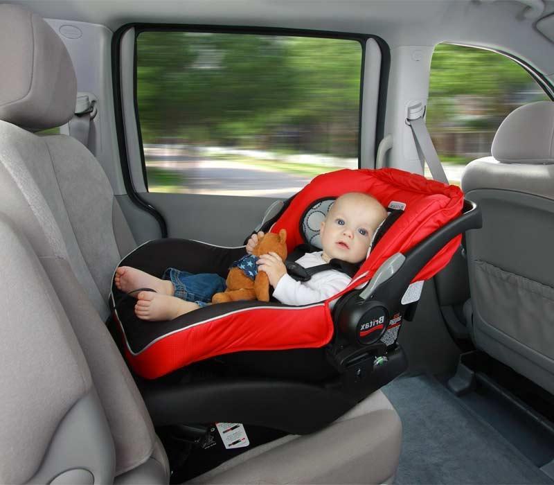 Ребенок на переднем сиденье автомобиля