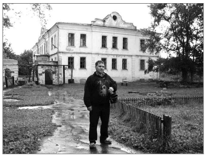 Александр Гезалов у стен детдома через 20 лет после выпуска