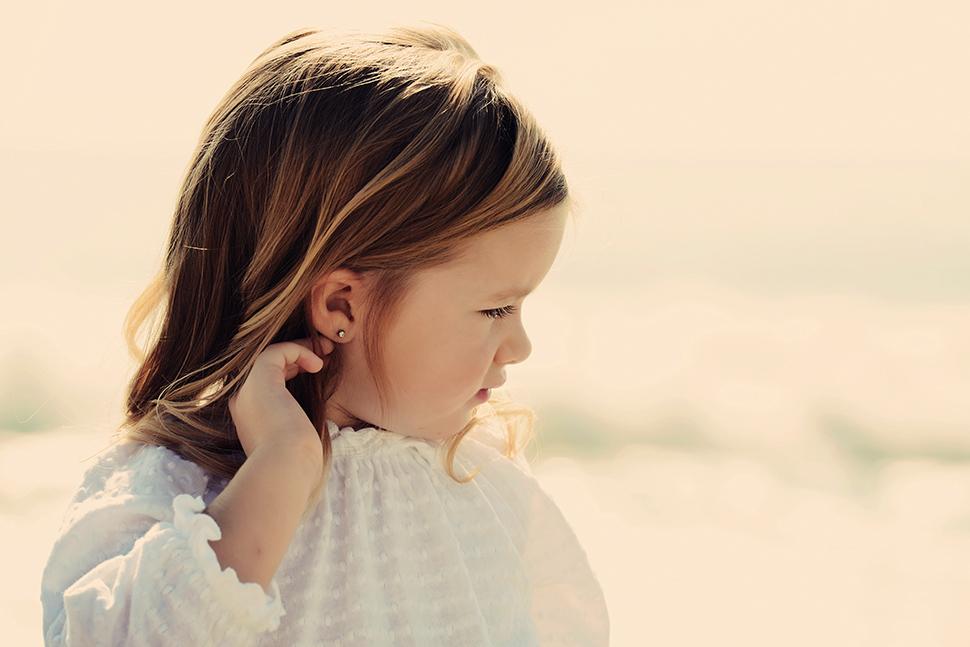 a66456cf0c42 Проколоть уши ребенку  где и когда  Серьги для девочки  какие лучше