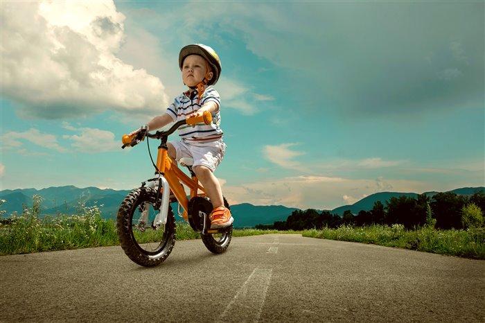 На велосипеде младший брат и старшая сестра