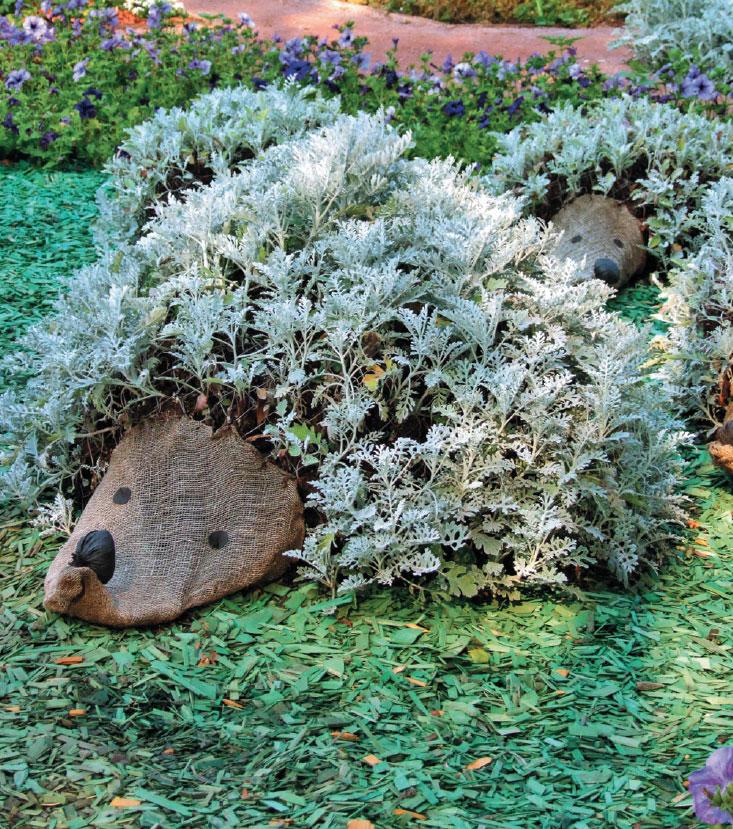 Посадка растений в садовые фигурки