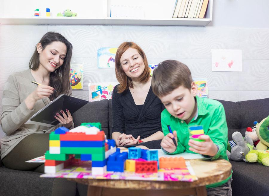 Ребенок неговорит инеумеет строить башню изкубиков