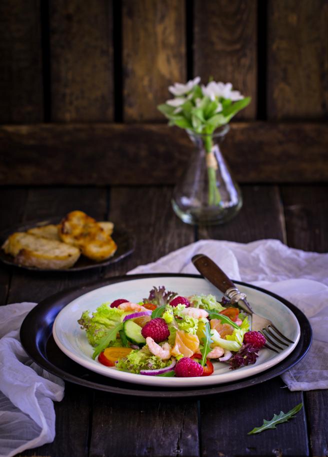 Салат скреветками, малиной ислабосоленым лососем