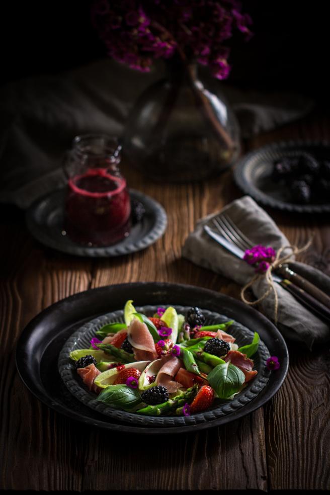 Салат соспаржей, пармской ветчиной (хамоном) иягодами