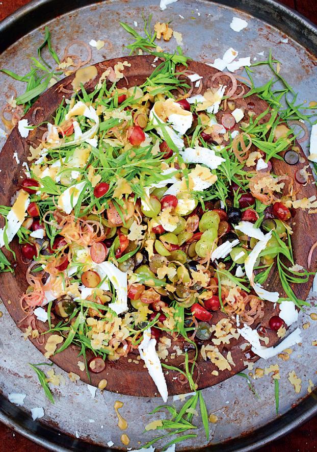 Восхитительный салат изэстрагона свиноградом ирикоттой