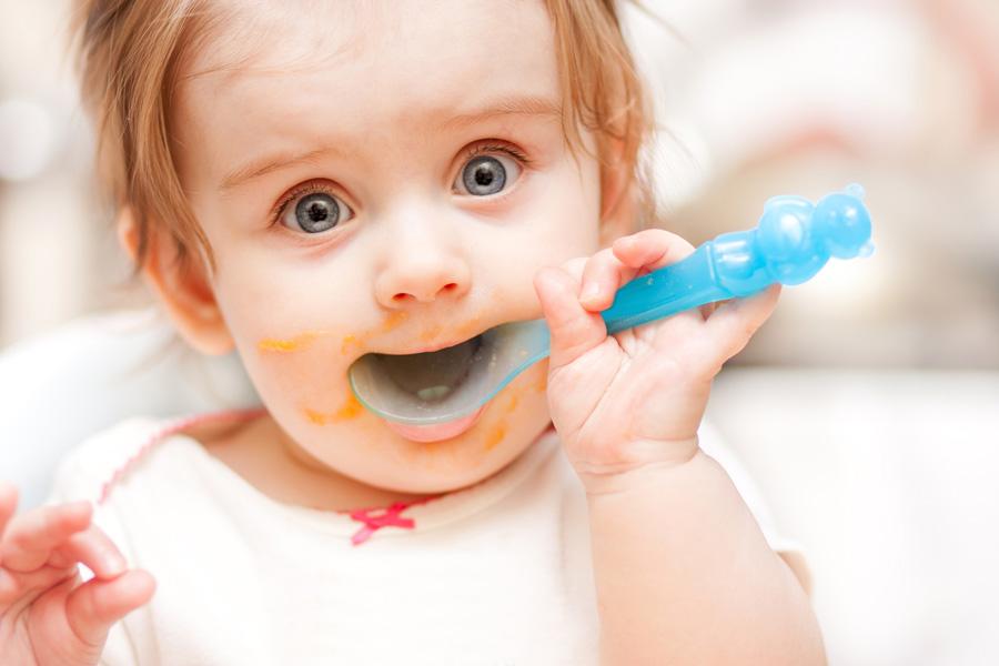 чем кормить ребенка до года по месяцам