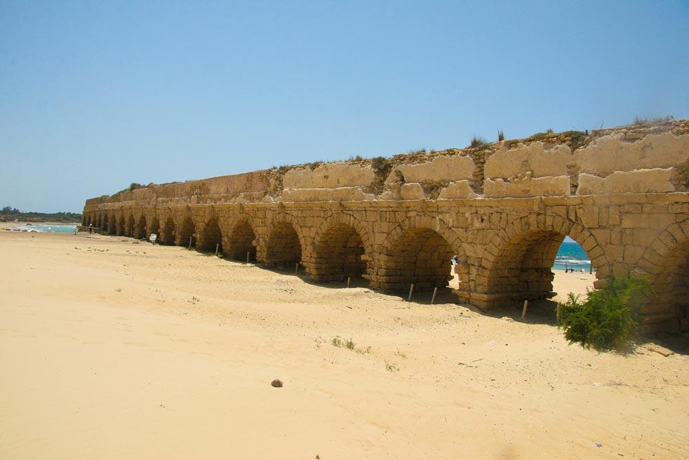 Древний акведук: напляже ипод землей