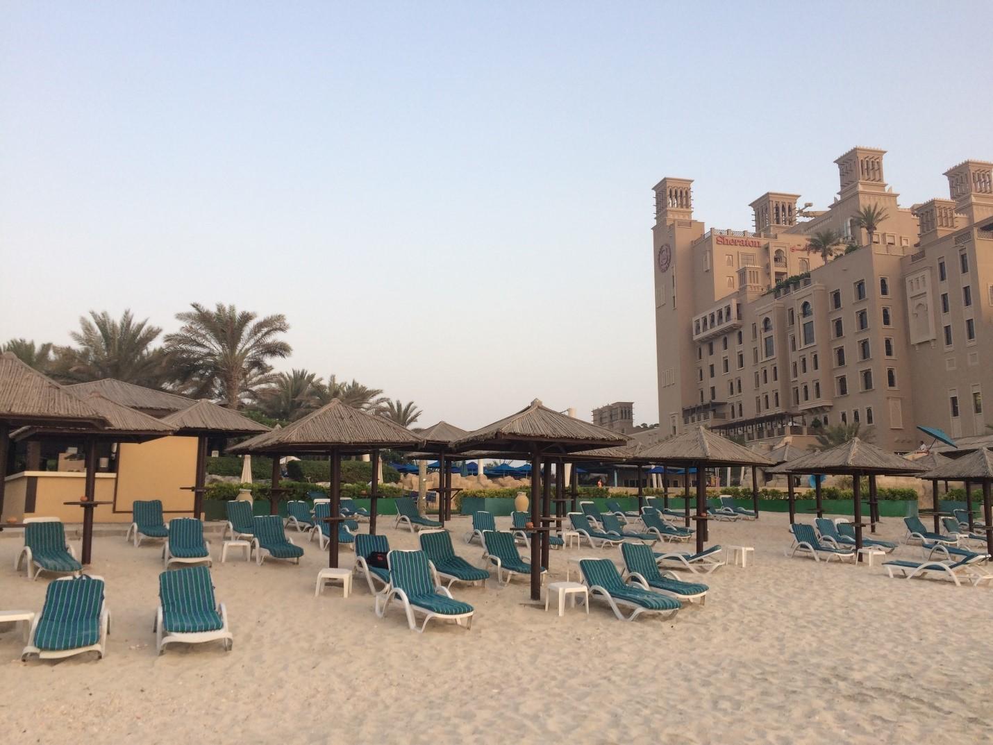 Пляж отеля Coral Beach Resort, рядом— новый Sheraton
