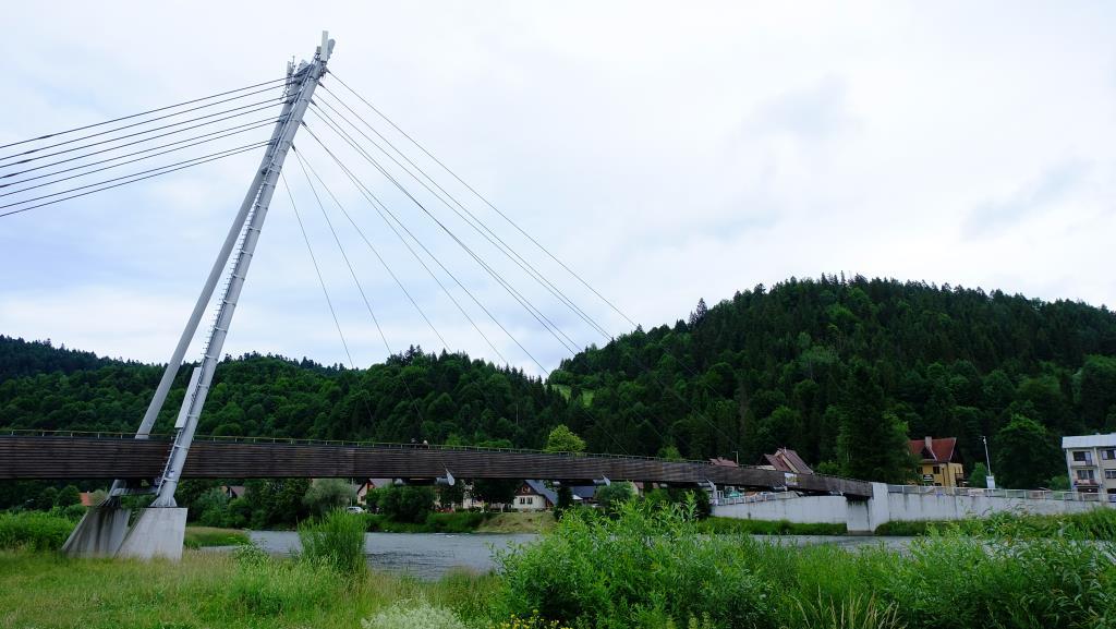 Пешеходный мост над Дунаицем, справа Словакия