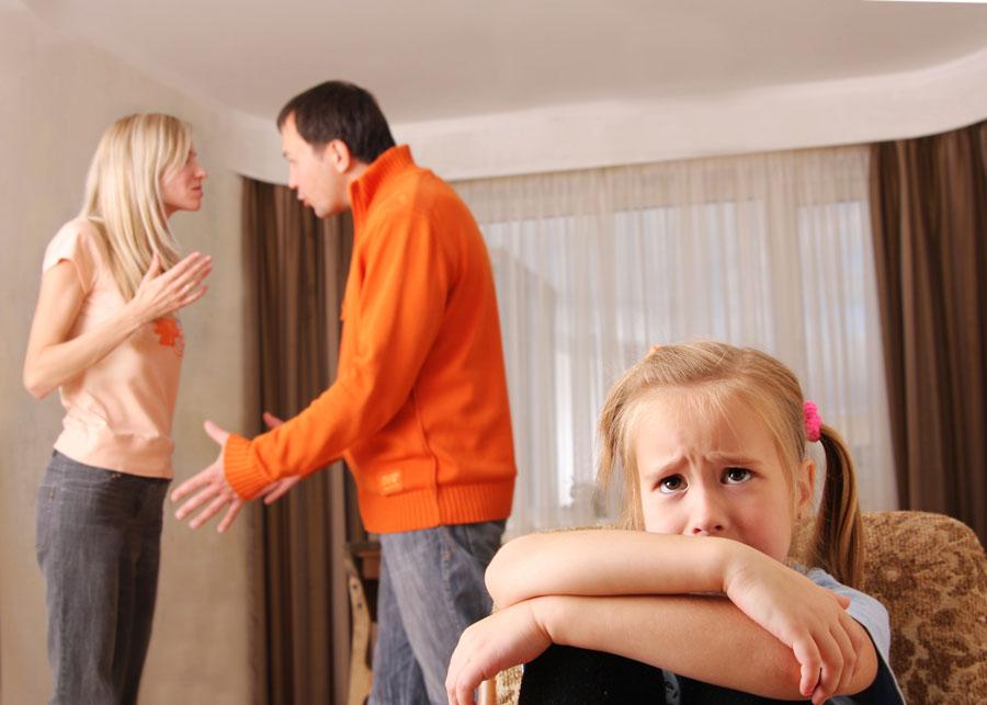 Папа бьет и маму и дочку за плохое поведение ремнем