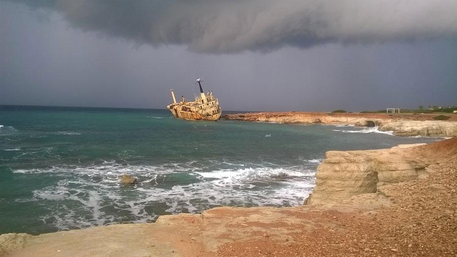 Судно The Edro IIIShipwreck, выброшенное накамни шесть лет назад вместечке Peyia,— теперь достопримечательность для туристов