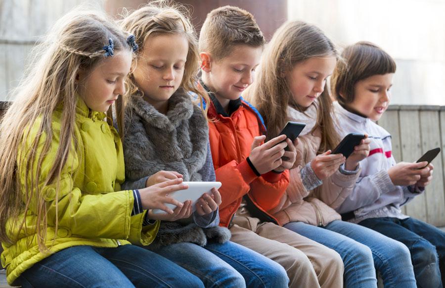 Подросток и смартфон