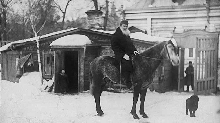 Л.Н. Толстой верхом водворе московского дома. Фотография С.А. Толстой.1898. Москва. Хамовники