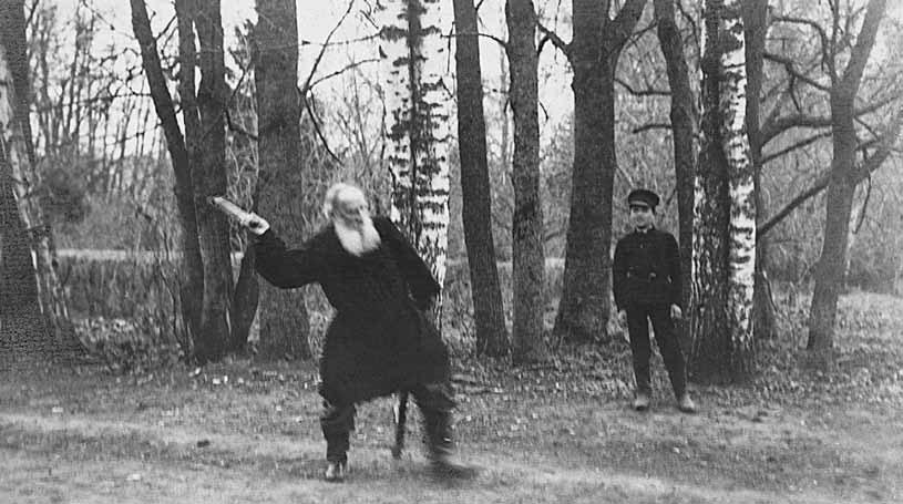 Толстой играет вгородки. Фотография Т. Тапселя.1909. Ясная Поляна
