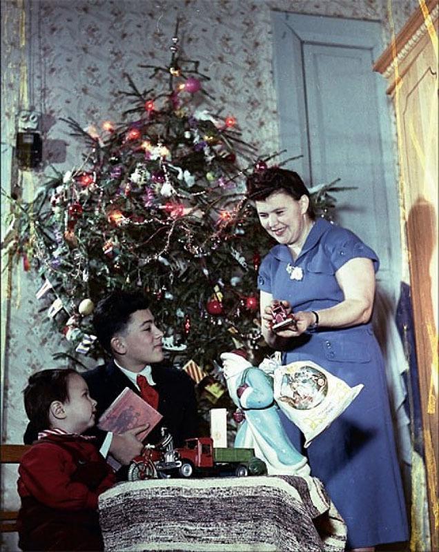 Фотограф Эммануил Евзерихин запечатлел свою семью у елки, 1954 год