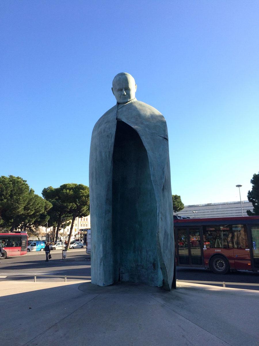 Памятник папе Иоанну Павлу IIна площади увокзала Термини