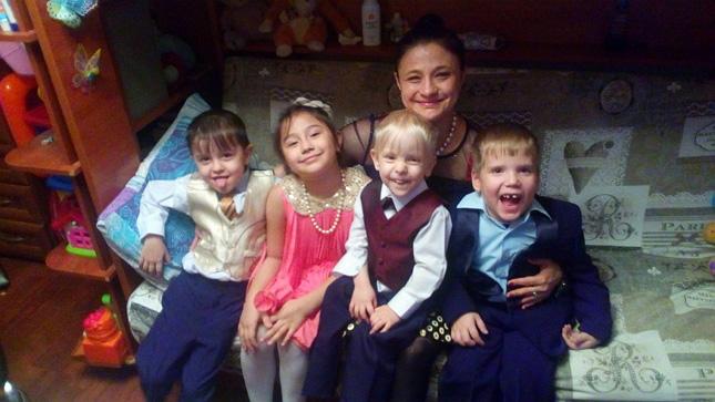 Елена смладшими детьми